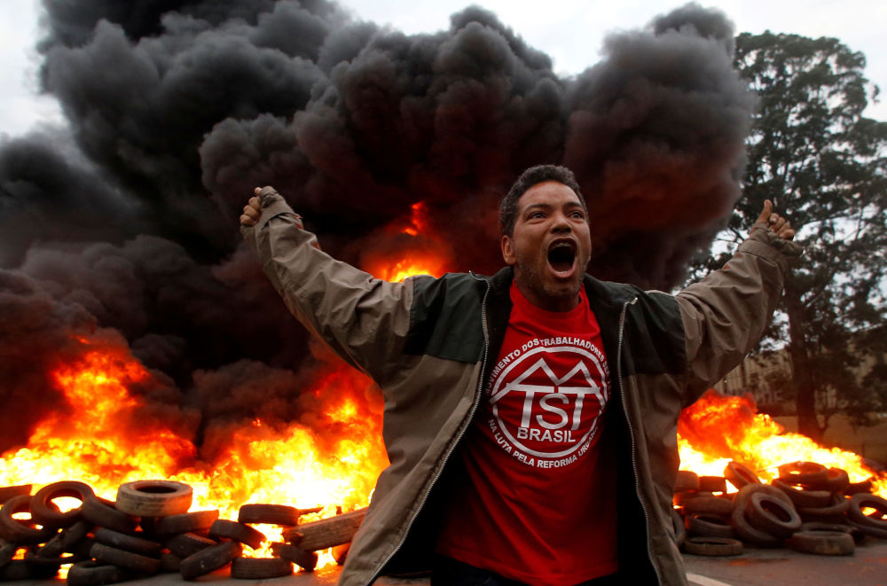 Membro do Movimento dos Trabalhadores Rurais Sem Terra (MST) grita durante um protesto contra o presidente Michel Temer, em São Paulo