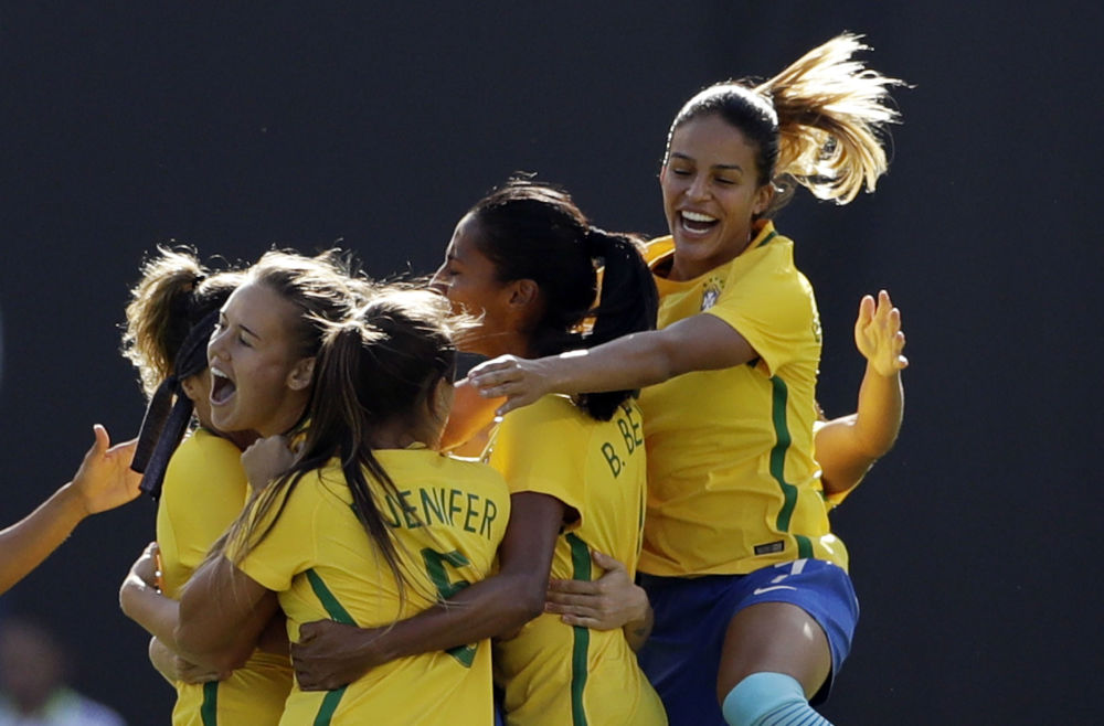 Equipe feminina brasileira de futebol festeja um gol durante a partida contra os EUA no Torneio das Nações, na cidade americana de São Diego
