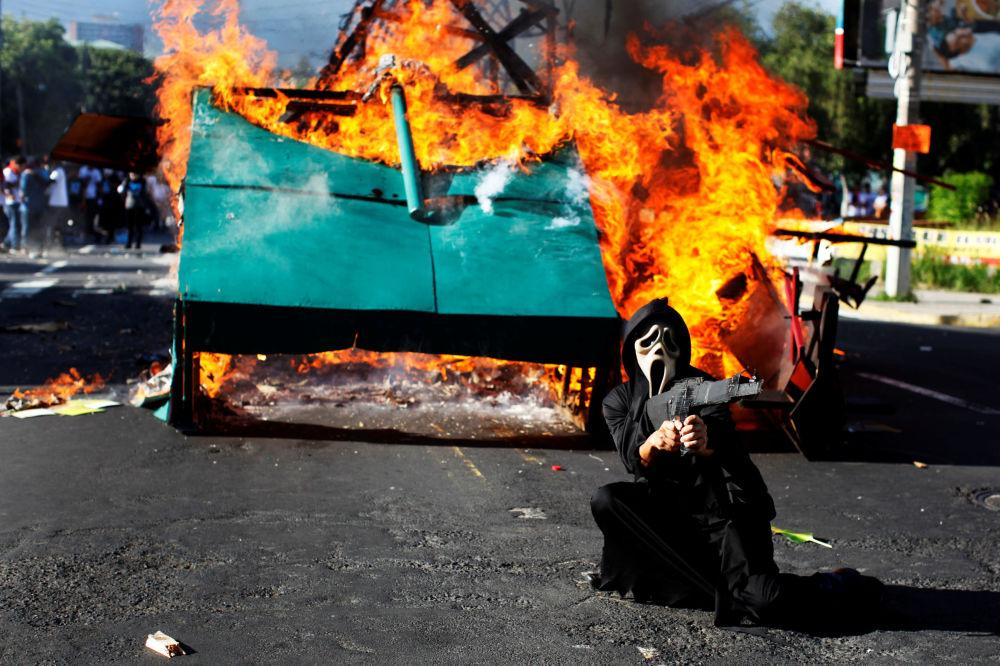 Um participante da marcha em homenagem aos estudantes mortos pelos militares durante o protesto de 1975 em Salvador