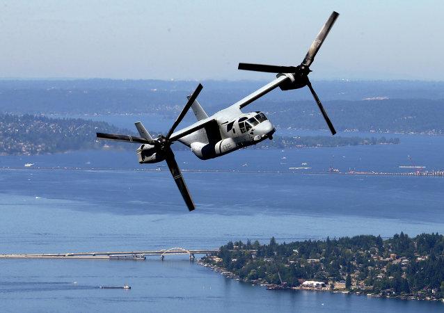 Convertiplano MV-22B Osprey norte-americano sobrevoando o lago Washington