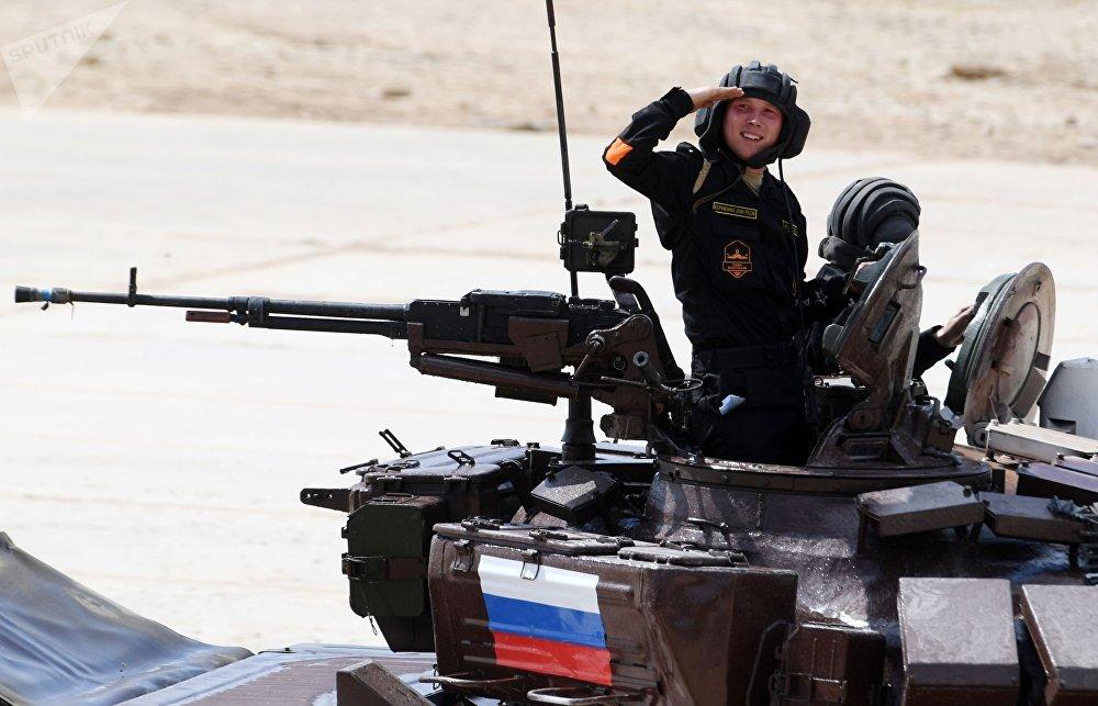 Tripulação da equipe russa participa de uma corrida individual de Biatlo de Tanques nos Jogos Internacionais de Exército 2017, no polígono Alabino, perto de Moscou