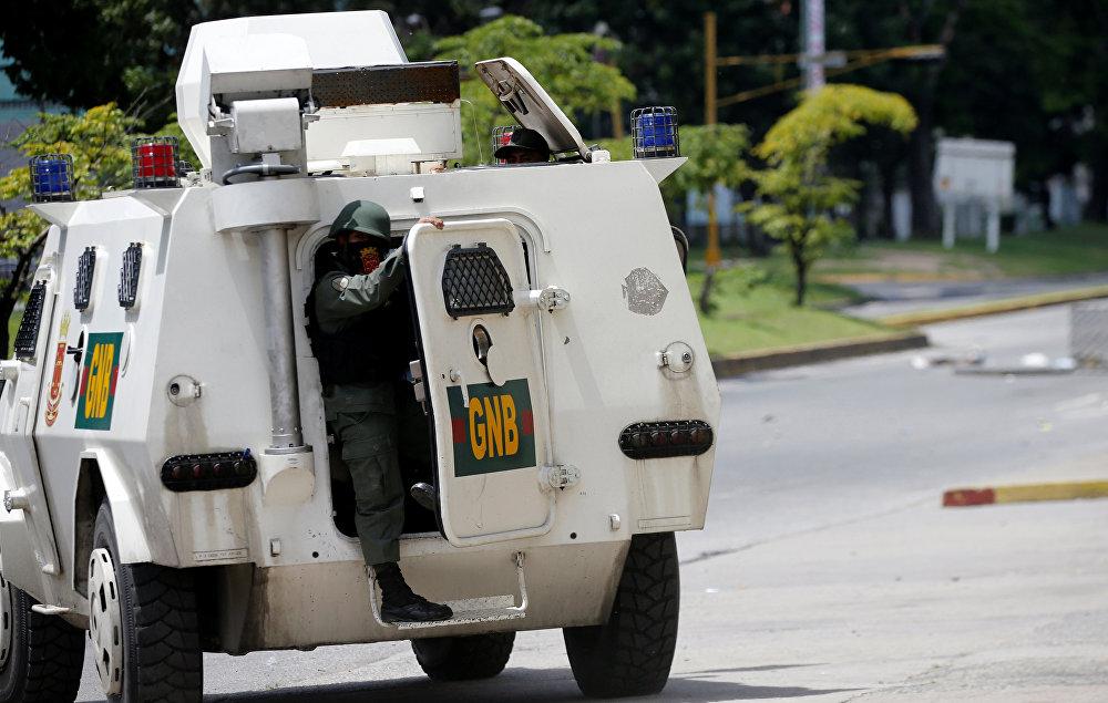 Forças de segurança de motim patrulham durante o protesto contra o governo do presidente venezuelano Nicolás Maduro em Valência, Venezuela 6 de agosto de 2017.