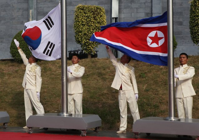 Bandeiras de Coreia do Sul e Coreia do Norte lado a lado (arquivo)