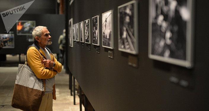 Um visitante durante a abertura da exposição de vencedores do concurso Andrei Stenin de fotojornalismo em Moscou