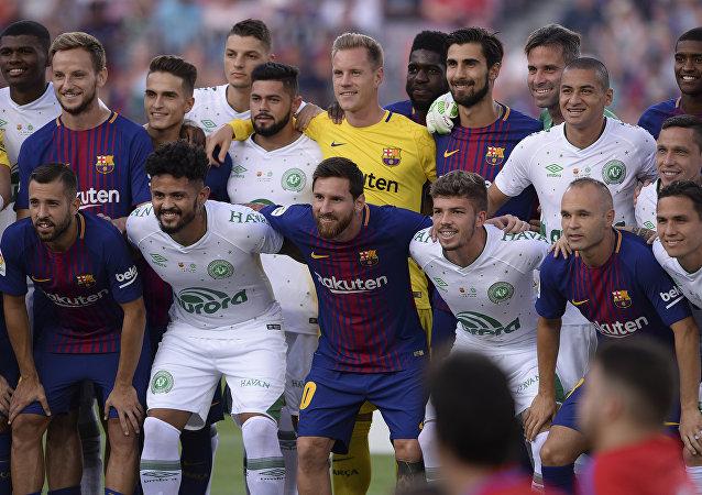 Jogadores de Barcelona e Chapecoense se confraternizaram antes da bola rolar no estádio Camp Nou