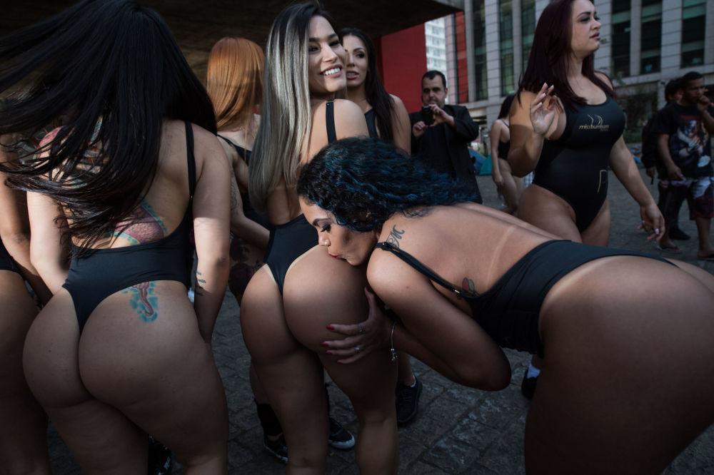 Modelos participantes do concurso BumBum Brasil 2017 depois do desfile na Avenida Paulista no Centro Financeiro de São Paulo
