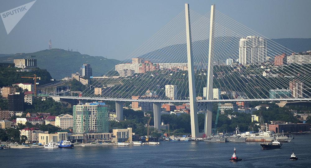 A ponte Zolotoy na cidade de Vladivostok, Rússia. Foi uma das pontes construídas na preparação para a cúpula da APEC. O comprimento total da ponte é de 1.388 metros.