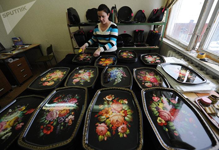 Produção da fábrica da pintura decorativa de Zhostovo