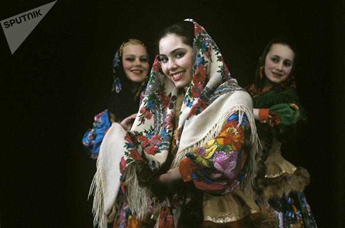 Bailarina russa num xale tradicional de Pavlov Posad