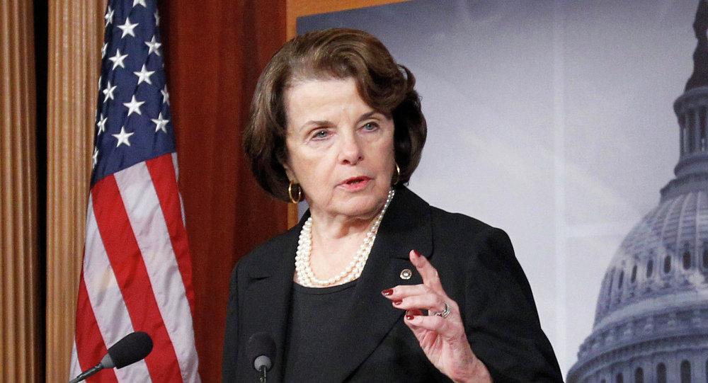 Dianne Feinstein, ex-presidente do Comitê de Inteligência do Senado dos EUA, discursando no Capitólio durante o seu mandato