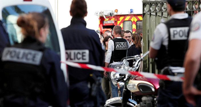Polícia investiga o lugar do ataque, onde soldados franceses foram atropelados por um veículo no subúrbio parisiense de Levallois-Perret, França, 9 de agosto de 2017