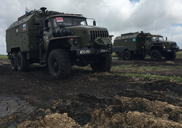 Os veículos das equipes russa e cazaque que participaram da corrida mista no Rembat 2017