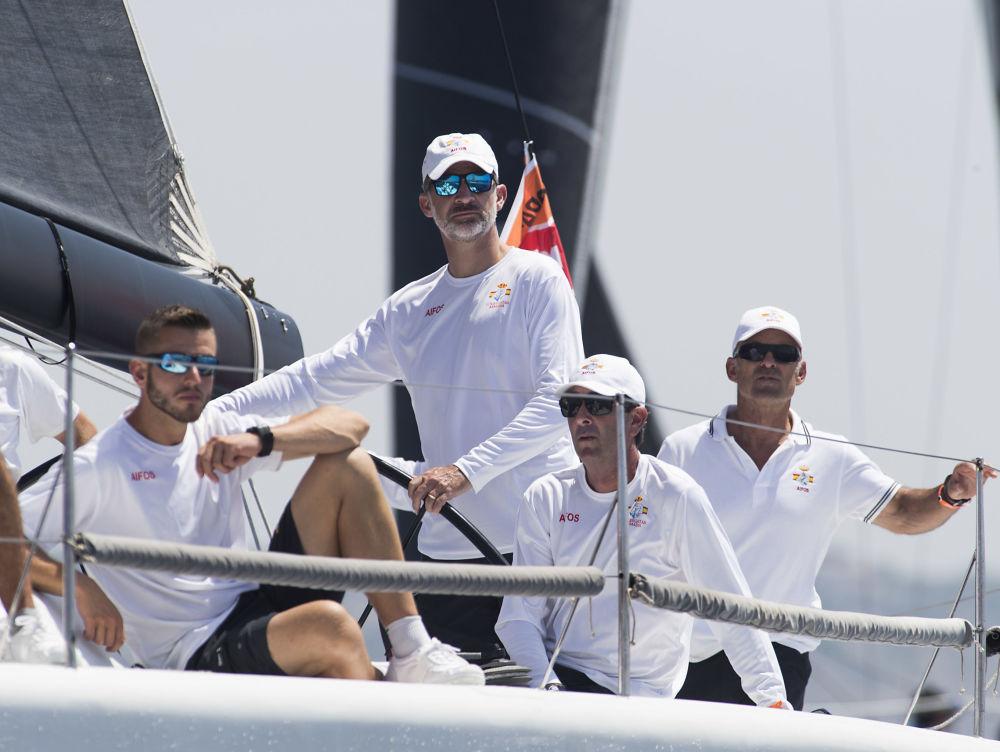 O rei Filipe VI da Espanha dirigindo um veleiro durante a regata da 36ª Copa del Rey perto da costa de Palma de Maiorca
