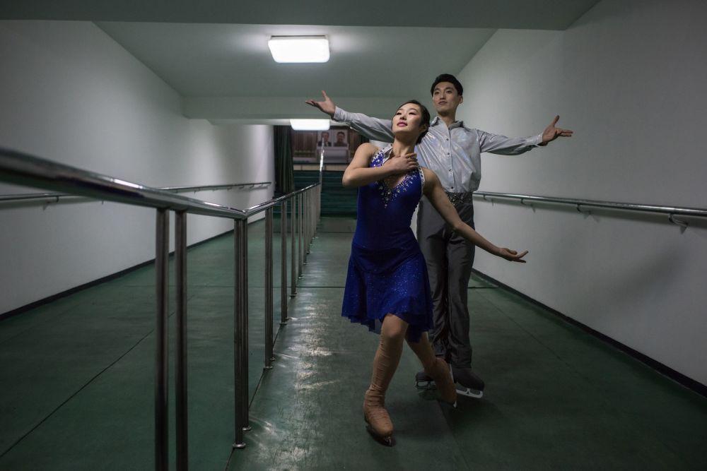 Os patinadores artísticos Nam Yong-Myong e Choe Min em Pyongyang