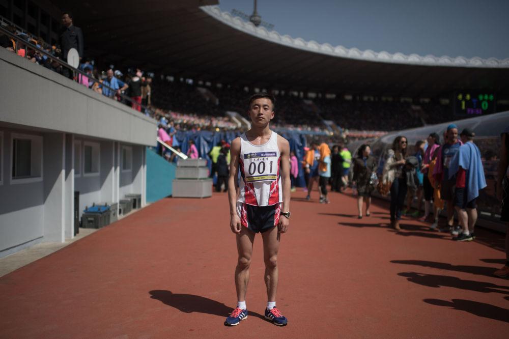 O maratonista Pak Chol posa depois da vitória na maratona de Pyongyang