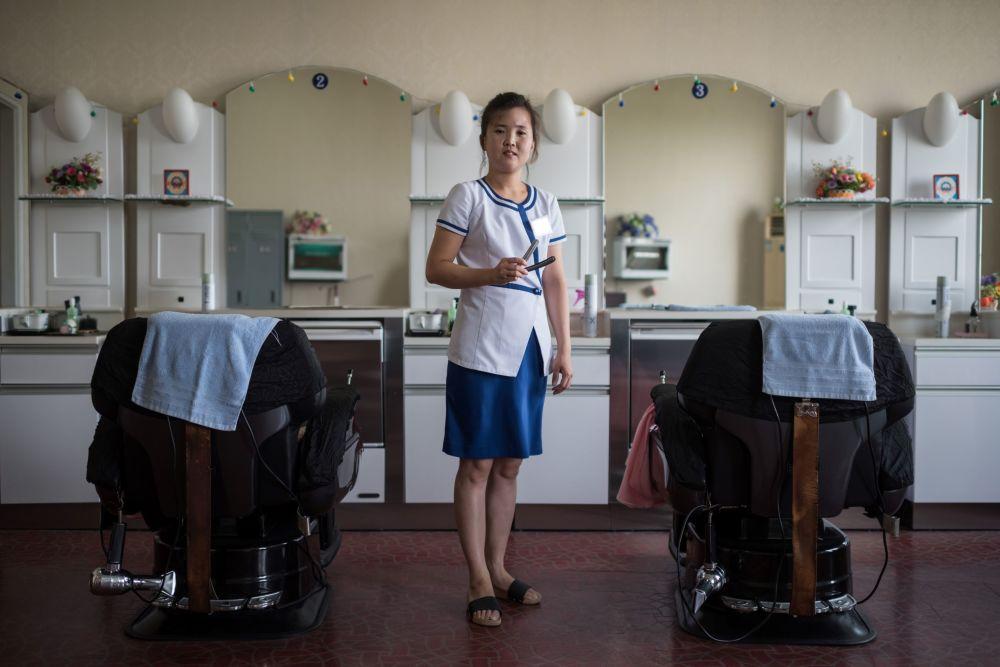 A cabeleireira Kim Hae-Jong em um complexo de diversão e spa em Pyongyang