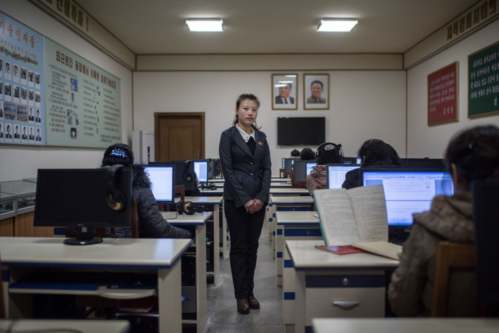 Professora em uma sala de aula na fábrica de seda em Pyongyang