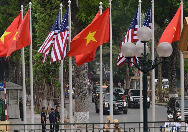 Bandeiras do Vietnã e dos EUA (foto de arquivo)