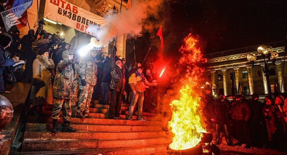 Nacionalistas ucranianos celebram o terceiro aniversário do início dos protestos do Maidan, que, através de violentos combates às forças governamentais, foram responsáveis pela mudança do poder na Ucrânia