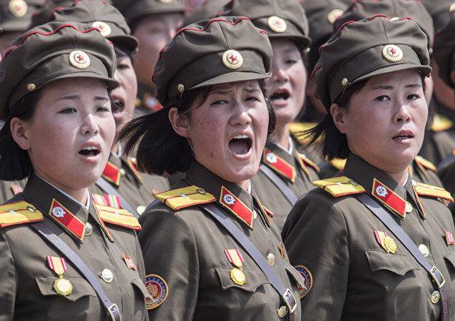 Mulheres militares do Exército Popular da Coreia são vistas cantando durante as celebrações do 105 aniversário de Kim Jong-il, fundador da República Popular Democrática da Coreia em abril de 2017