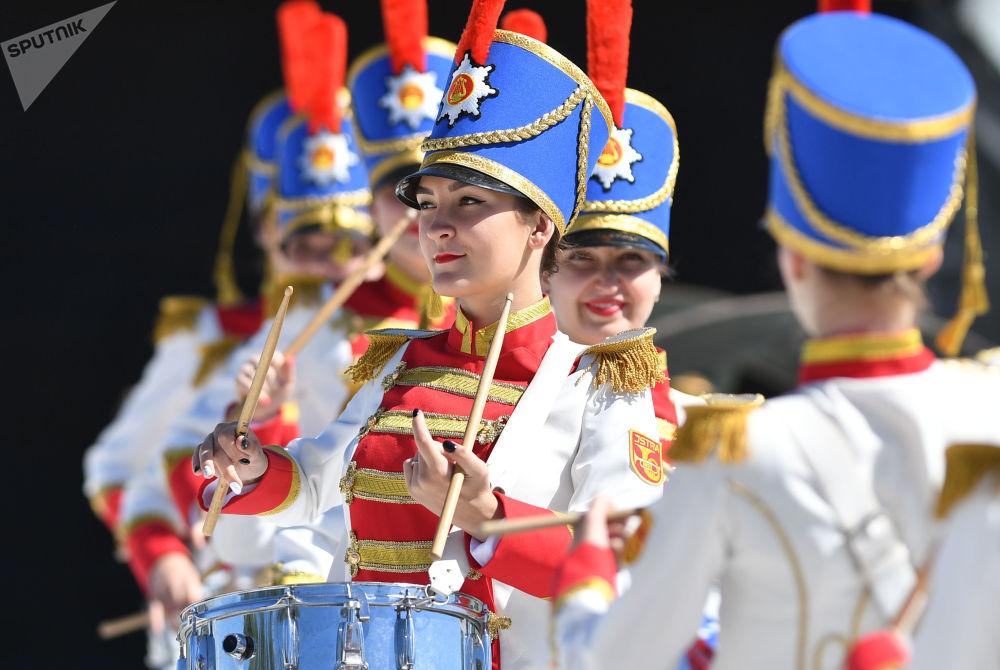 Meninas percussionistas antes do início do torneio Xadrez Vivo no Parque Nacional Militar e Histórico Borodinsky
