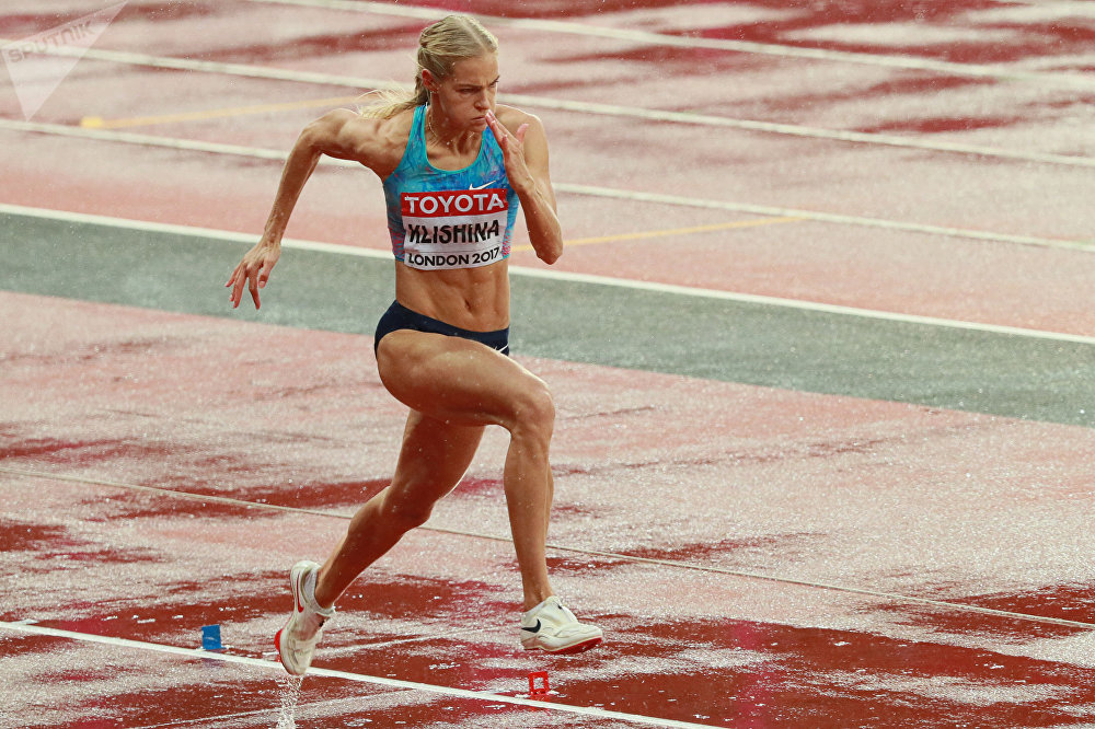 A atleta russa Daria Klishina durante as eliminatórias no salto a distância no Mundial de Atletismo 2017 em Londres