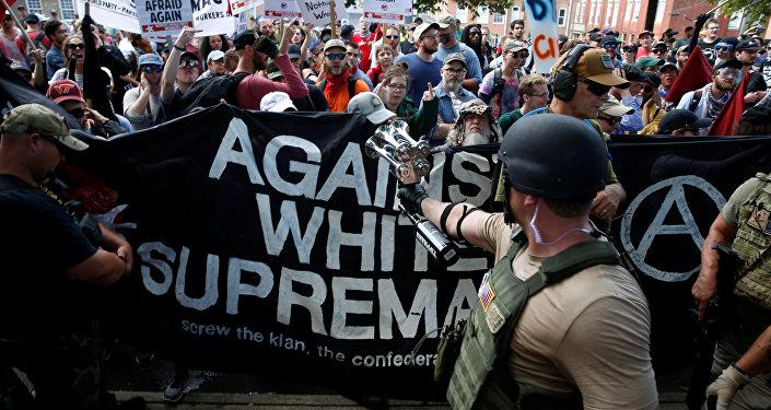 Ativistas antifascistas protestam contra marcha neonazista em Charlottesville, no estado americano da Virgínia