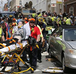 Manifestantes atingidos pelo atropelamento em massa são removidas do local, Charlottesville, 12 de agosto de 2017