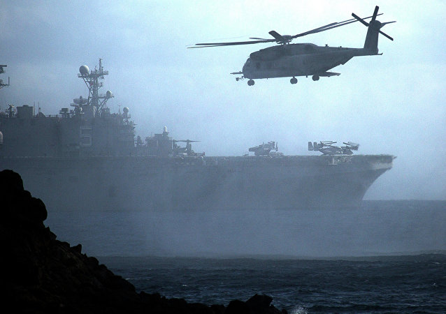 Helicóptero e navio norte-americanos durante exercícios junto à costa do Havaí (foto de arquivo)