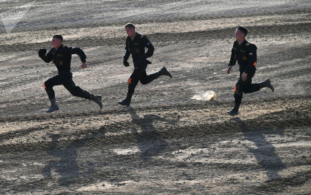 Participantes da equipe russa no revezamento do biatlo no âmbito dos Jogos Internacionais de Exército 2017 no polígono Alabino, região de Moscou