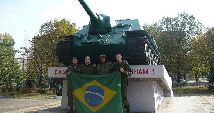 Rafael Lusvarghi (o terceiro, da esquerda para a direita) com seus camaradas da Milícia Popular de Donbass