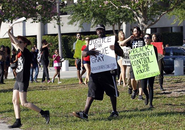 Justiça de Baltimore informou hoje que seis policiais serão acusados pela morte do jovem Freddie Gray