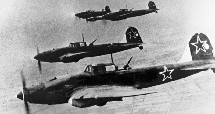 Aviões soviéticos que voam para Berlim