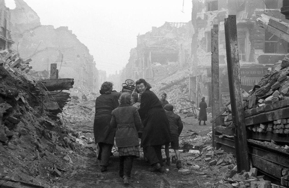 Berlinenses na rua da cidade destruída