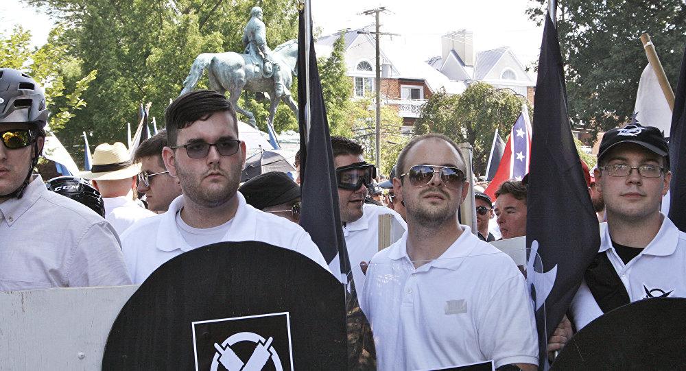 James Fields (segundo, da esq. para direita) foi visto em ato de supremacistas brancos horas antes do atropelamento em Charlottesville (EUA)