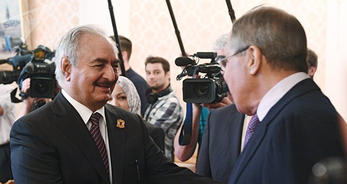 O ministro das Relações Exteriores da Rússia, Sergei Lavrov, e o comandante do Exército Nacional da Líbia, Khalifa Haftar, durante o encontro