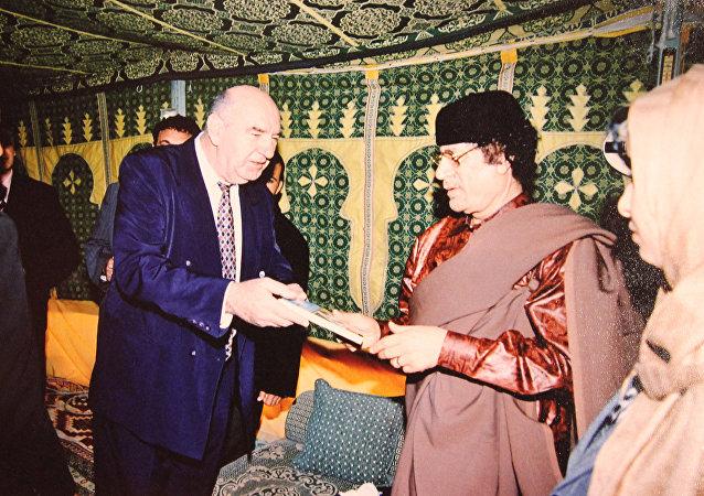 O otorrinolaringologista sérvio, professor Novak Vukoje, com ex-líder líbio Muammar Kadhafi