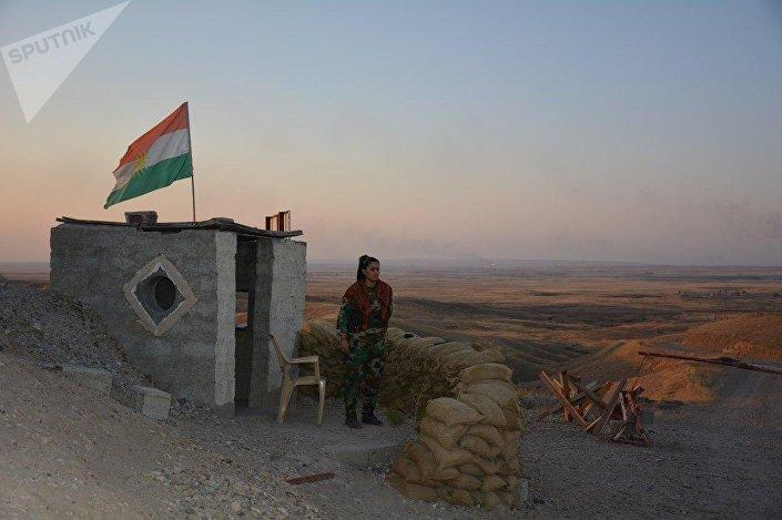 Mulher curda combate contra o Daesh perto de Hawija, Iraque