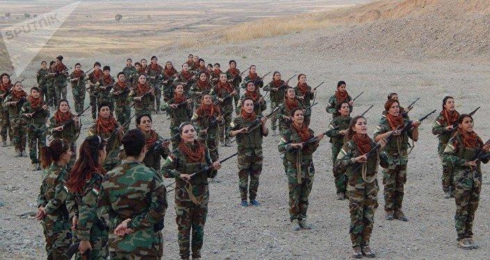 Combatentes curdas na província iraquiana de Kirkuk.