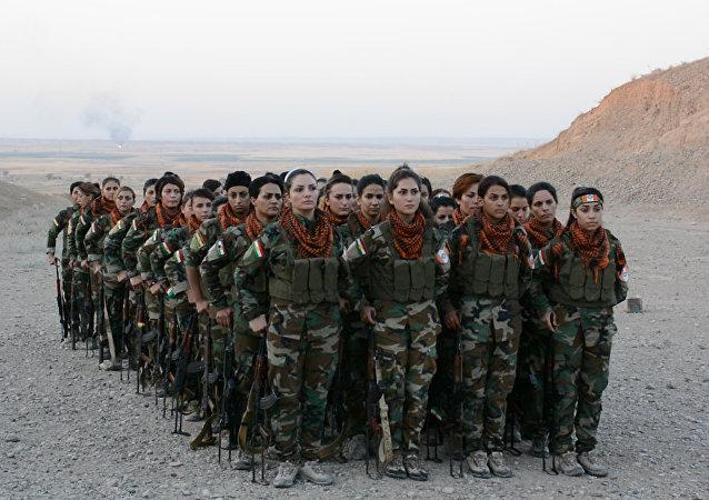 Mulheres curdas pegam em armas para combater Daesh