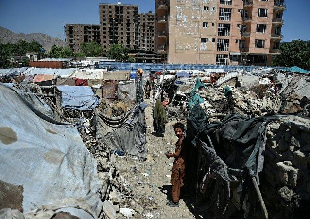 Criança afegã num campo dos refugiados em Cabul