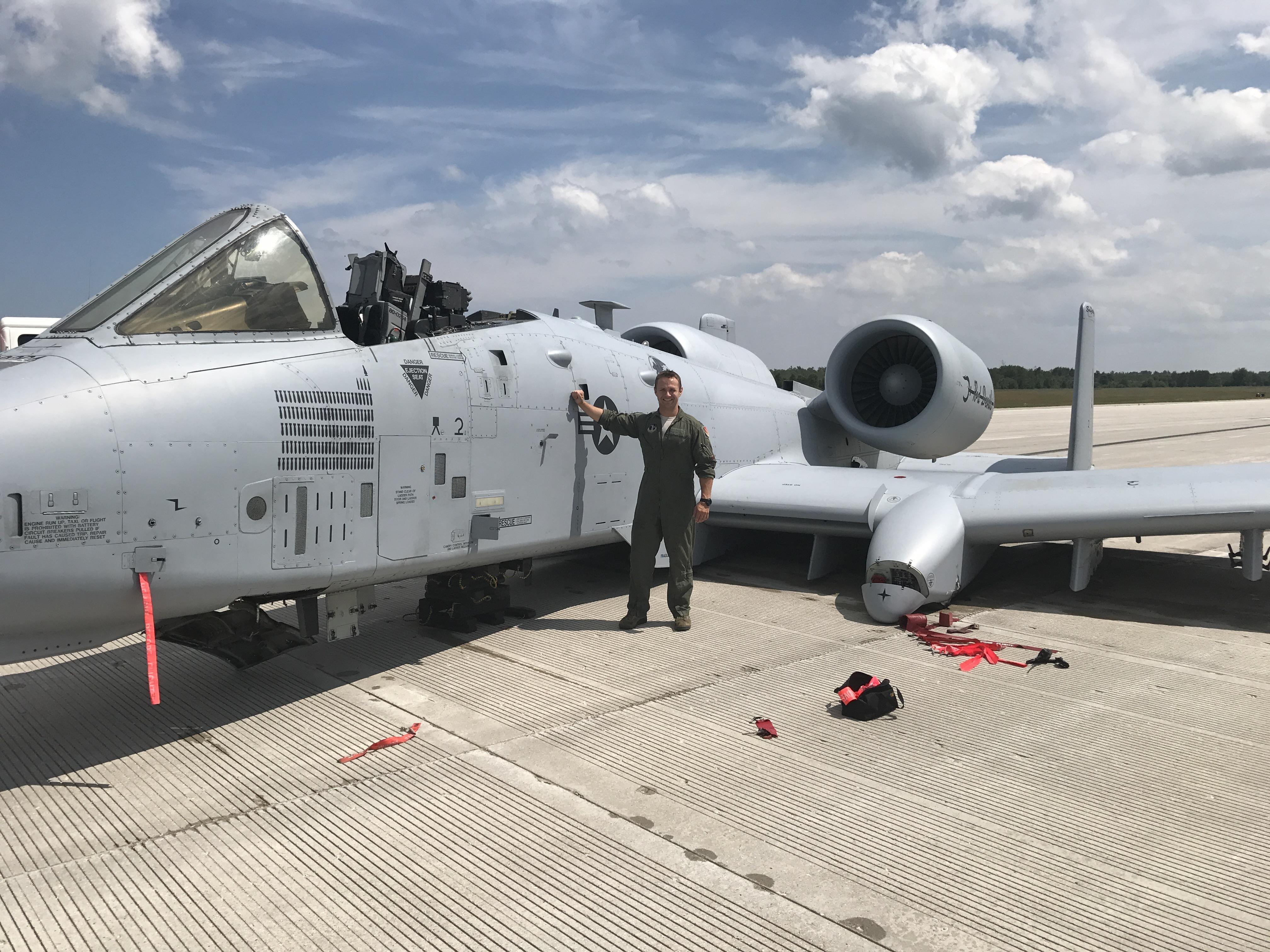 Brett DeVries, o piloto de A-10 Thunderbolt II