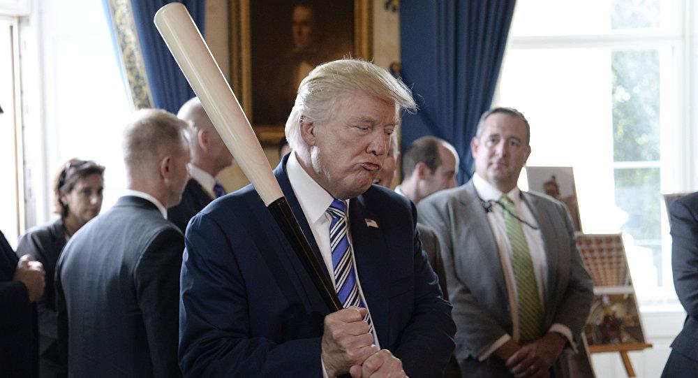 Presidente dos EUA, Donald Trump, brinca com um bastão de beisebol durante evento na Casa Branca