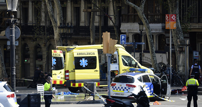 Polícia e equipes de emergência no local do atropelamento em massa ocorrido nesta quinta-feira, 17 de agosto, em Barcelona, Espanha