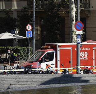 Ambulância resgata feridos após atropelamento em massa na Espanha, em Barcelona