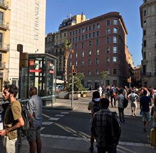 Pessoas se aglomeram nas ruas de Barcelona após atropelamento em massa na cidade