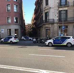 Carros da polícia de Barcelona perto do local onde várias pessoas foram atropeladas