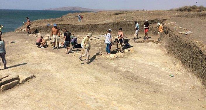 Arqueólogos escavando a necrópole de Kyz-Aul perto da cidade de Kerch, Crimeia