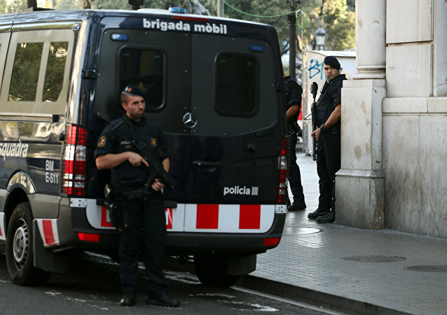 Polícia perto Las Ramblas, local turístico onde em 17 de agosto ocorreu um atentado terrorista, Barcelona, 18 de agosto de 2017