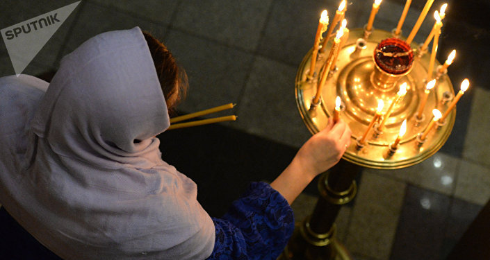 Missas natalinas na noite de 7 de janeiro foram realizadas em igrejas, mosteiros e catedrais de todo o país, de Kaliningrado a Vladivostok. Na imagem, está uma paroquiana da Igreja do Apóstolo Santo André na cidade de Vladivostok, Extremo Oriente da Rússia.
